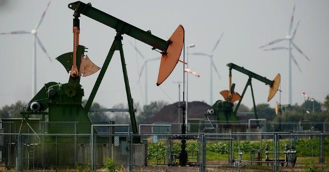 """Giá dầu Brent """"rình"""" đáy 11 năm sau số liệu tồn kho dâng cao"""