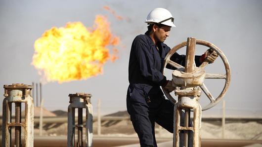 Giá dầu kết tháng giảm mạnh 15%