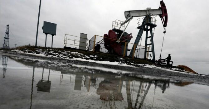 """Giá dầu """"tranh thủ"""" leo dốc khi đồng USD suy yếu"""