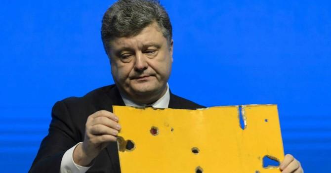 """""""Kết"""" phương Tây, ông Poroshenko chấp nhận """"để tiền rơi"""""""