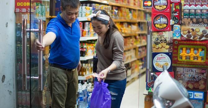 """Người Việt """"khoái"""" nhất mặt hàng tiêu dùng nhanh nào?"""