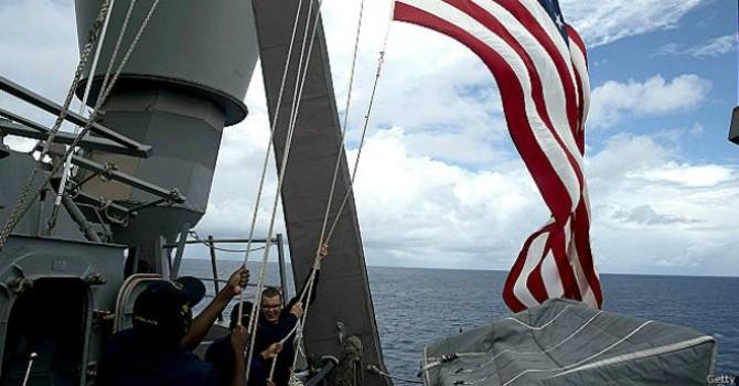 """Trung Quốc """"nổi khùng"""" vì tàu Mỹ áp sát đảo nhân tạo trên Biển Đông"""