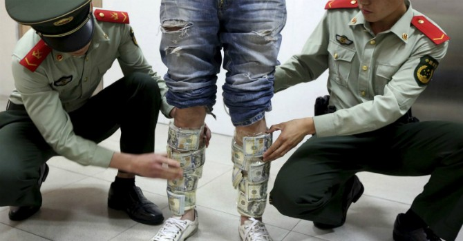 """Kinh tế """"đổ bệnh"""", dân Trung Quốc ào ạt đổ tiền ra nước ngoài"""