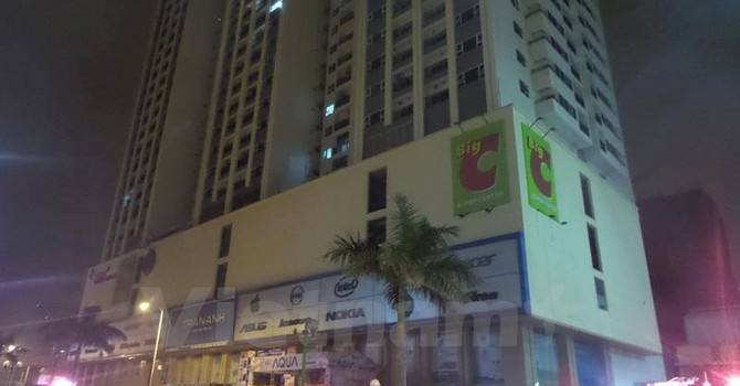 Cháy chung cư cao tầng, hai người đi cấp cứu trong đêm