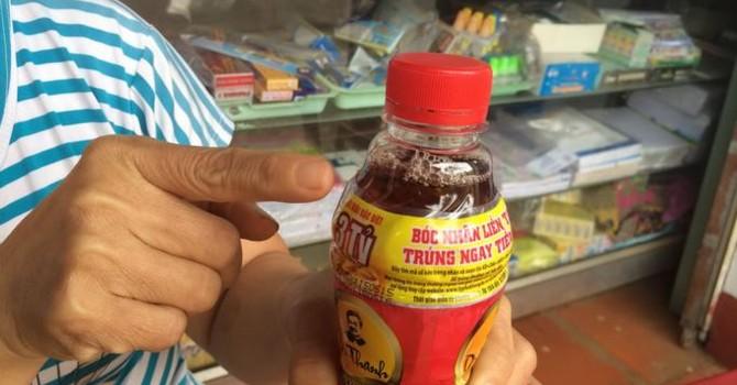 Niêm phong 2 chai nước Dr Thanh có vật lạ