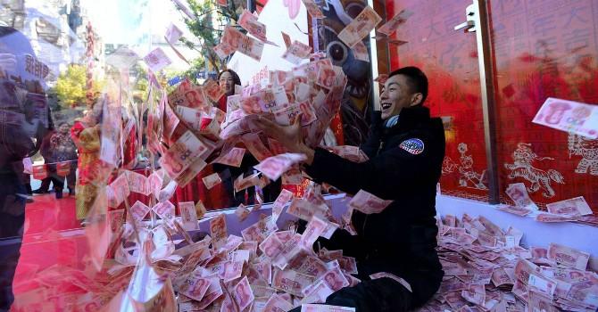 """Trung Quốc lần đầu tiên """"hụt hơi"""" trong cuộc đua kinh tế với Mỹ"""
