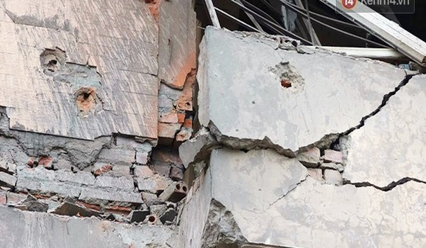 Nhiều vết thủng trên cửa sắt, tường bê tông tại vụ nổ ở Hà Đông