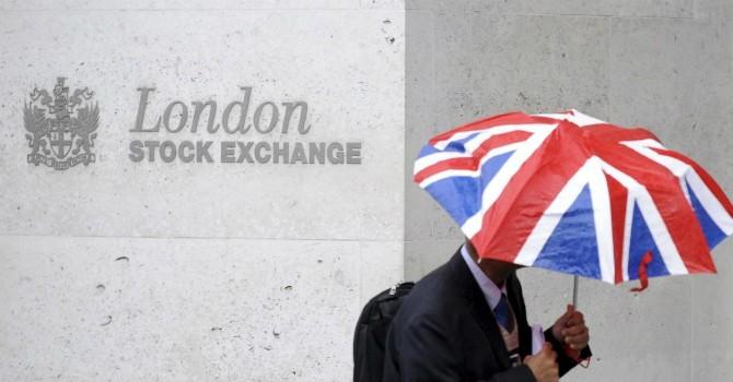 """Nghịch lý: Chứng khoán Anh sáng nhất thế giới, thị trường Âu - Á  """"cắm đầu"""" đi xuống"""