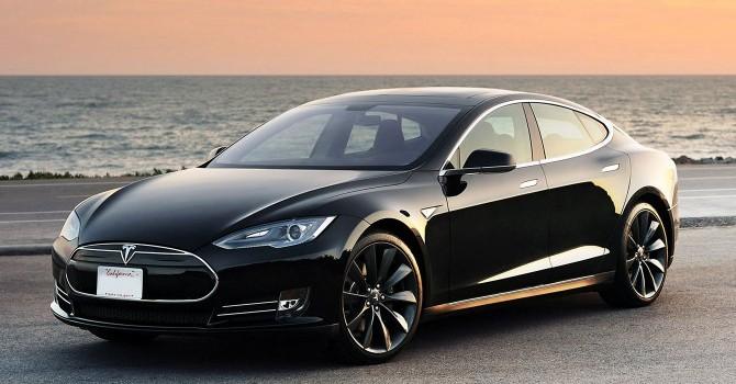 [Video] Tesla cập nhật phần mềm, giúp xe tự lái trên đường