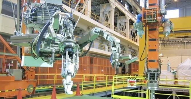Xem robot thực hiện tháo thanh nhiên liệu tại Fukushima
