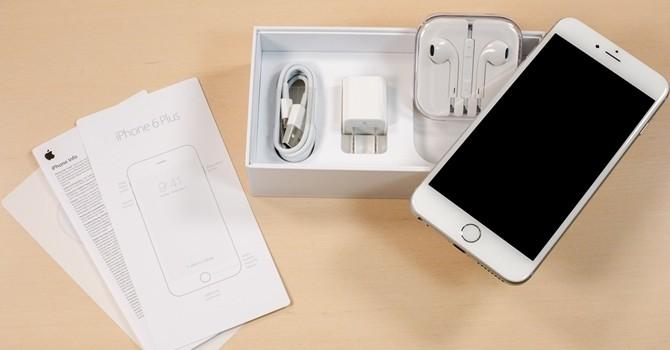 """Công nghệ 24h: Bên trong iPhone chưa mở hộp toàn đá do nhân viên cửa hàng """"rút ruột"""""""