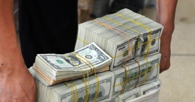 Lãi suất USD thấp kỷ lục, lượng ngoại tệ bán tăng vọt