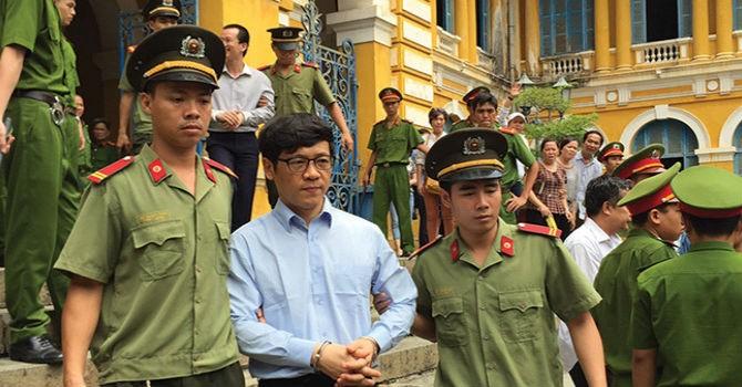 """Phiên tòa chiều 25/8: """"Nhóm Trần Ngọc Bích phải trả 5.190 tỷ đồng đã vay cho VNCB"""""""