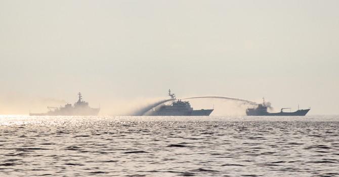 [Video] Tàu Trung Quốc gầm rú, xịt vòi rồng áp lực lớn vào tàu Việt Nam