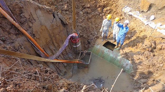 Đường ống nước sông Đà vỡ lần 11, mất nước trên diện rộng