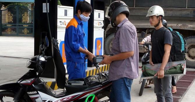 """Việt Nam bán xăng với giá """"bèo bọt"""" gần nhất thế giới?"""