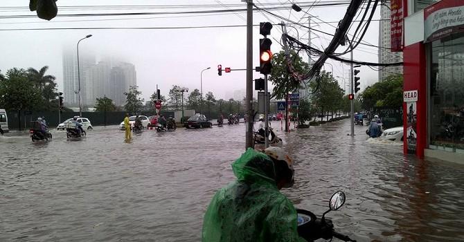 [Ảnh] Hà Nội ngập nặng, nhiều chỗ biến thành sông sau mưa lớn
