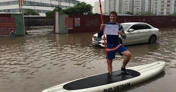 """Hà Nội sau mưa lớn: Ô tô ngập quá nửa, nhiều cách giao thông """"lạ"""" xuất hiện"""
