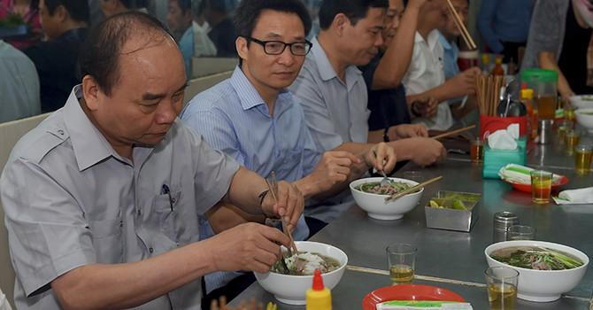"""Thủ tướng bất ngờ ghé quán phở """"bình dân"""", kiểm tra suất ăn công nhân"""