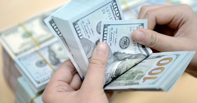 """Tỷ giá trung tâm giảm 4 đồng, giá USD tại các ngân hàng """"đứng im"""""""