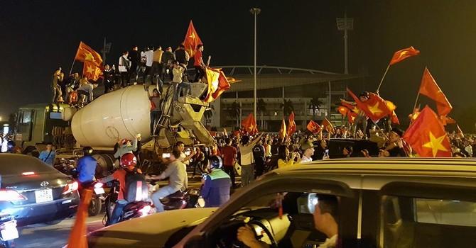 """Người Việt """"vỡ oà"""", đổ ra đường ăn mừng sau chiến thắng của U23"""