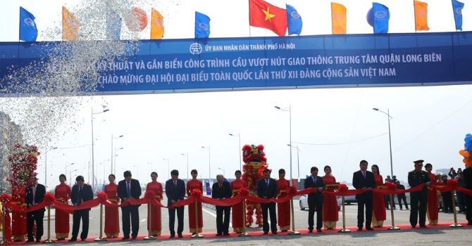 Thông cầu vượt nút giao thông quận Long Biên