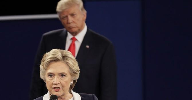 """Bà Clinton """"sởn gai ốc"""" vì ông Trump"""