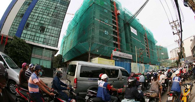 Cao ốc bóp nghẹt giao thông ở TP.HCM
