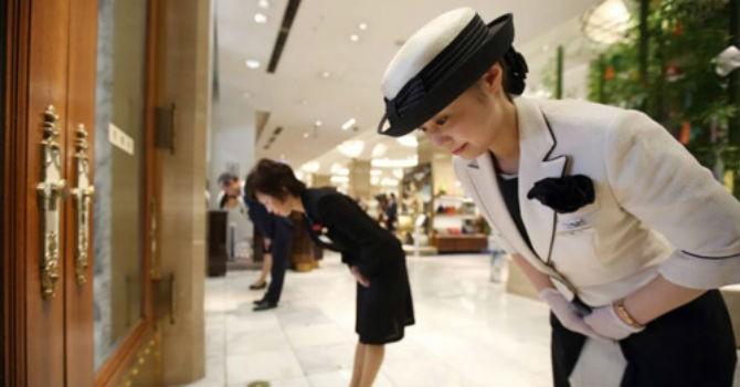 Nghệ thuật chiều khách hàng vượt qua cái cúi gập người ở Nhật