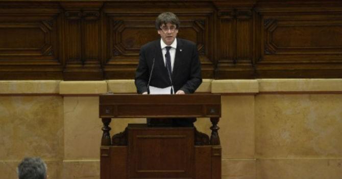 Catalonia ký tuyên bố độc lập khỏi Tây Ban Nha nhưng hoãn thi hành