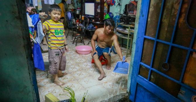Người Sài Gòn chống ngập suốt đêm