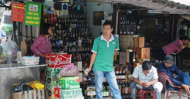 Người kinh doanh ở TP.HCM không biết bị cấm bán rượu cho người dưới 18 tuổi