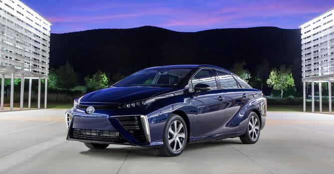 Toyota ra mắt mẫu xe chạy khí hydrogen với giá 1,2 tỷ đồng