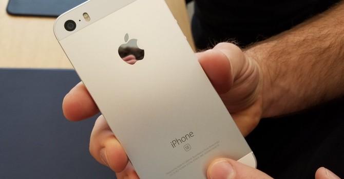 Mua iPhone SE ở đâu sớm và rẻ nhất?