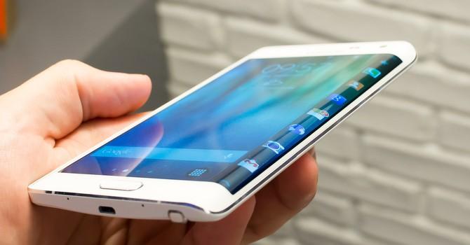 """Xiaomi và Huawei cùng """"theo đuôi"""" Samsung làm màn hình cong"""