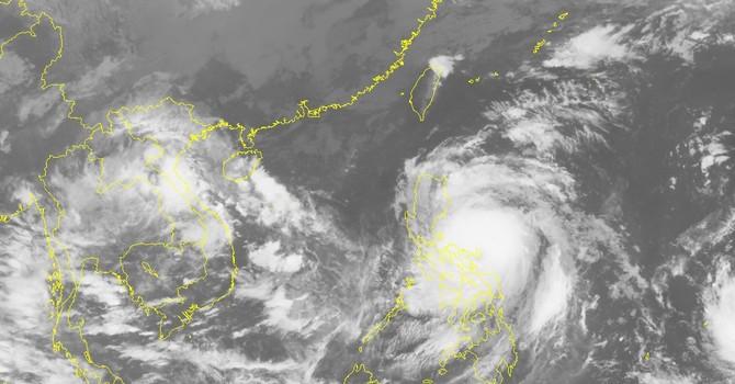 Cơn bão trên biển Đông đang mạnh lên và hướng vào miền Trung