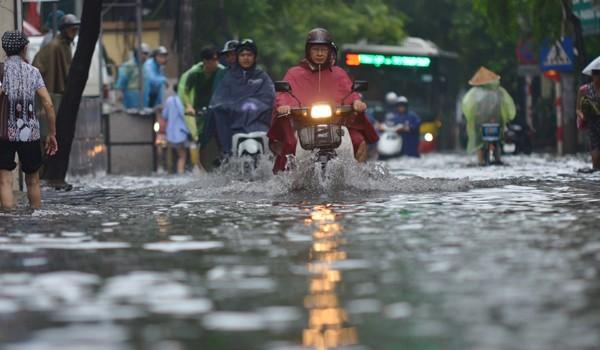 Mưa lớn vào sáng sớm, Hà Nội ngập úng nhiều tuyến phố