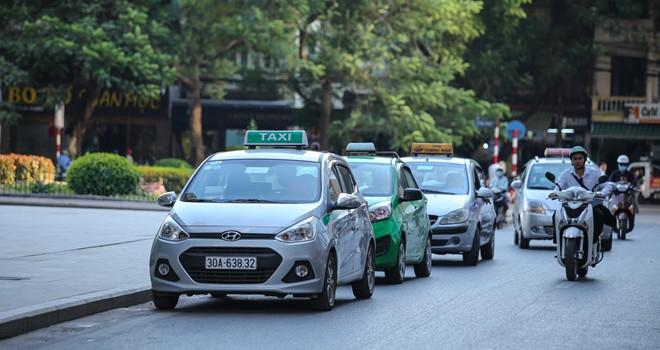 """Các hãng taxi Hà Nội nói gì về quy định xe """"mặc đồng phục""""?"""