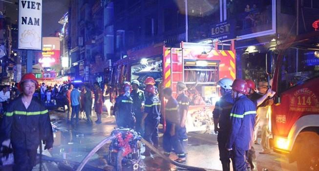 Cháy nhà ở trung tâm quận 1, du khách hoảng hốt bỏ chạy