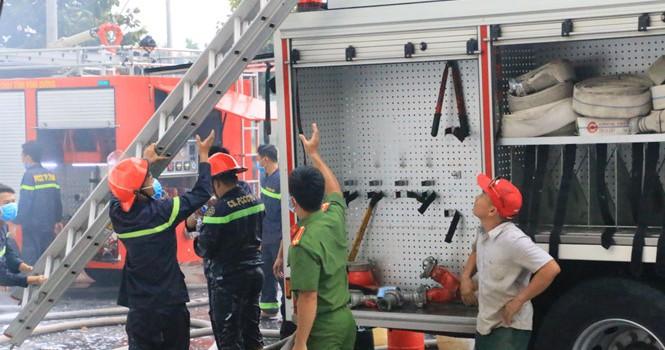Khu nhà xưởng bốc cháy, cháy lan sang nhà dân