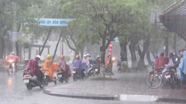 Trung Bộ có mưa lớn kèm theo dông, tố lốc đêm mạnh dần lên do bão số 10
