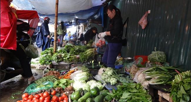 Rau xanh chợ Hà Nội tăng giá gấp rưỡi