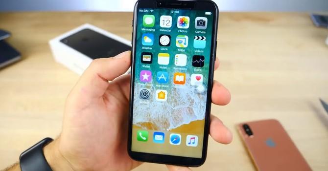 """Đổ xô đi xếp hàng iPhone X, iPhone 8 chính hãng lên kệ trong """"thầm lặng"""""""