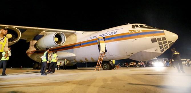 Phi cơ Nga chở 5 triệu USD hàng cứu trợ đến sân bay Cam Ranh