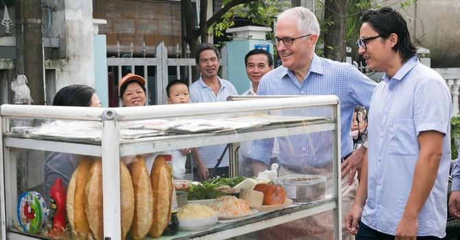 Thủ tướng Australia lần đầu thưởng thức bánh mì ở Đà Nẵng