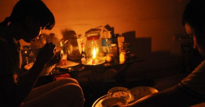Dân bức xúc vì nửa đêm mất điện