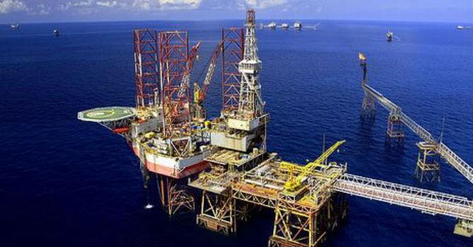 """Giá dầu thô vẫn """"kéo"""" xuất khẩu giảm tốc"""