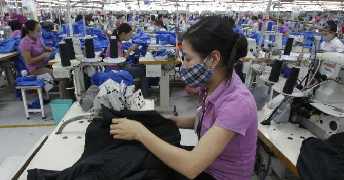 """Hiệp hội Dệt may """"tố"""" tăng lương tối thiểu khiến doanh nghiệp thua lỗ"""