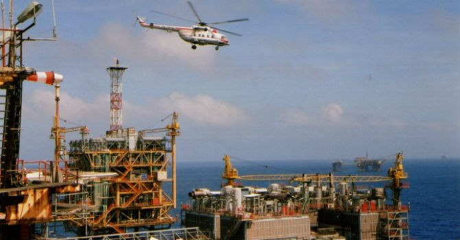 Giá dầu tụt dốc: Được, mất của kinh tế Việt Nam