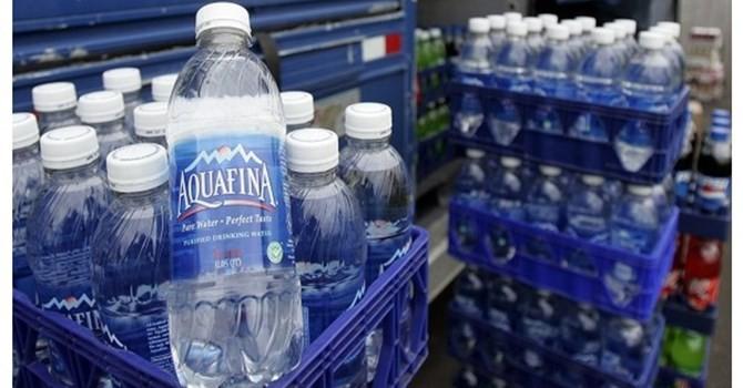 Thị trường tuần qua: Trả tiền gấp 2.000 lần để uống nước vòi đóng chai